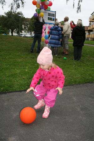 Evelina jagade förtjust alla de färgglada ballongerna som släpptes när parken förklarats invigd.