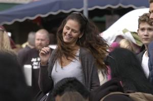Mjuk spontandans. Erika Rydgren tyckte verkligen om Jamie Meyers låtar och njöt i fulla drag.