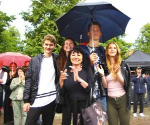 Kvintetten som trivdes. Timon Rydgren, Erika Rydgren, Inga-Lill Öhrn, Hugo Rydgren och Jenna Williams hade humöret på topp i det omväxlande vädret under Jamie Meyers spelning.