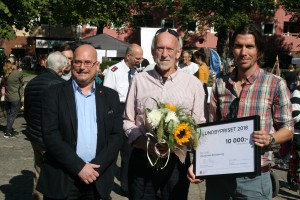 Stadsdelsnämndens ordförande Håkan Hallengren delade ut årets Lundbypris till Aftonstjärnans kulturförening som representerades av Bertil Nolander och Erik Jagre.
