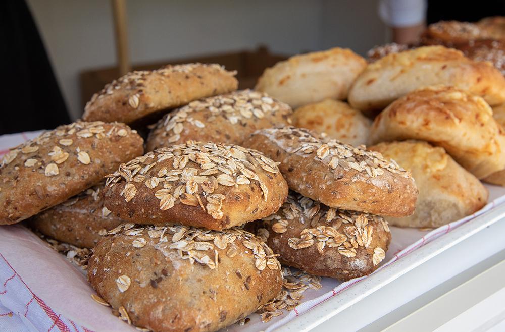Allt bröd är hembakat och utifrån Birgittas egna recept. Surdeg och långjäsning är knep för att få saftiga och smakrika matbröd.