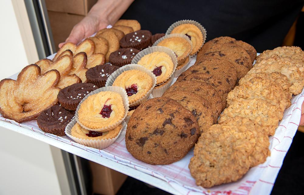 Fem sorters kakor. Längst till vänster en av Birgittas specialiteter, smördegskanapé.