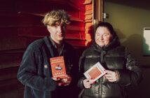 BIld på två personer med böcker